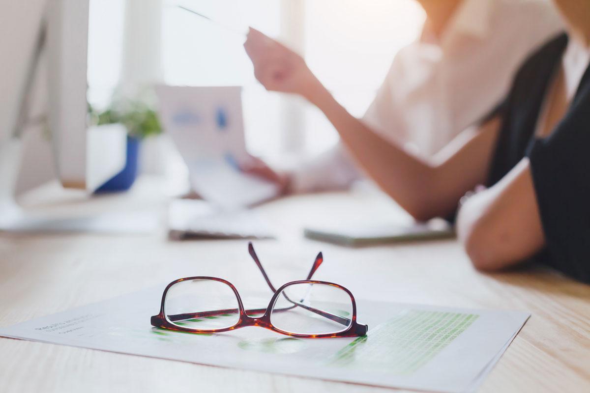briller og et dokument
