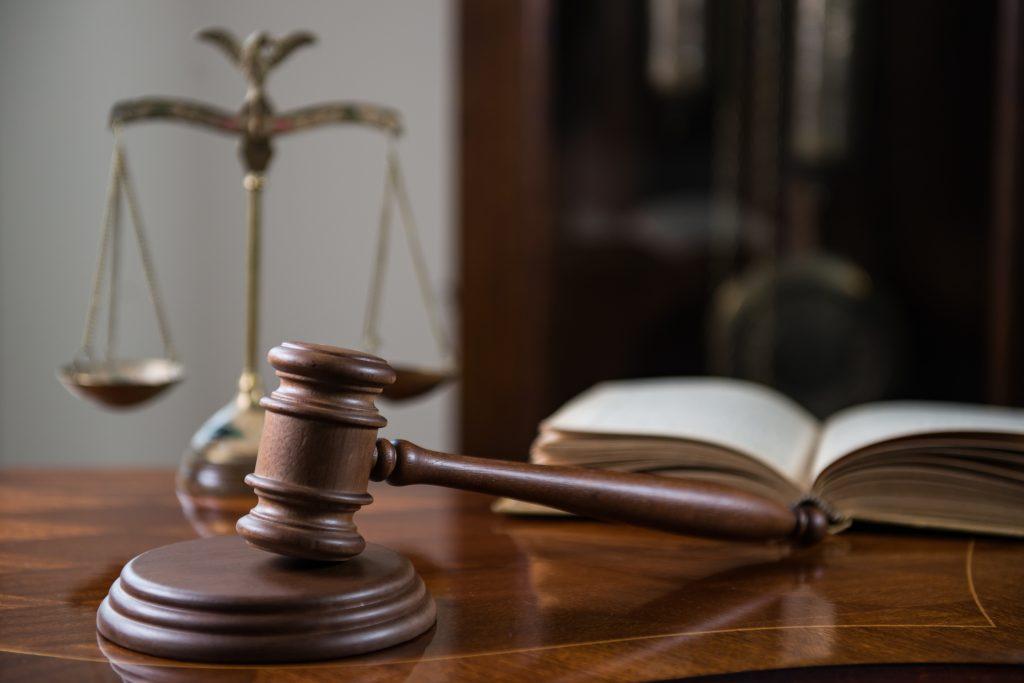 dommerhammer og vektskåler
