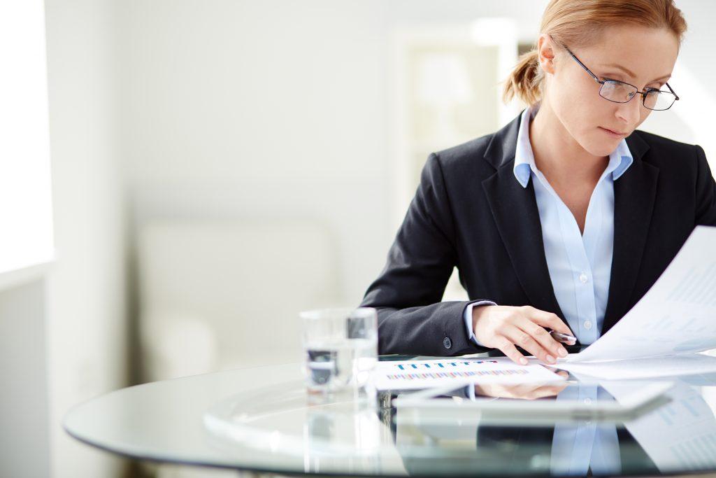 kvinne leser dokument
